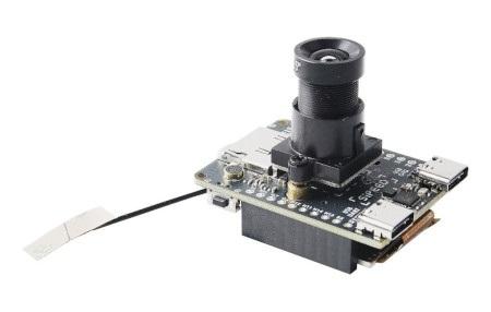 Wyposażony w kamerę opartą na czujniku Omnivision SP2305.