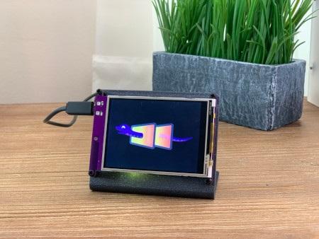 Kolorowy wyświetlacz dotykowy PyPortal od Adafruit o przekątnej 3,2''.