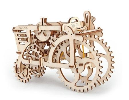 Model Traktora napędzany gumką zapewnia mnóstwo dobrej zabawy.