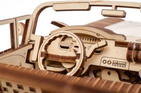 Eleganckie wykonanie iretro design sprawiają, że model przypomina kabriolety z lat pięćdziesiątych.